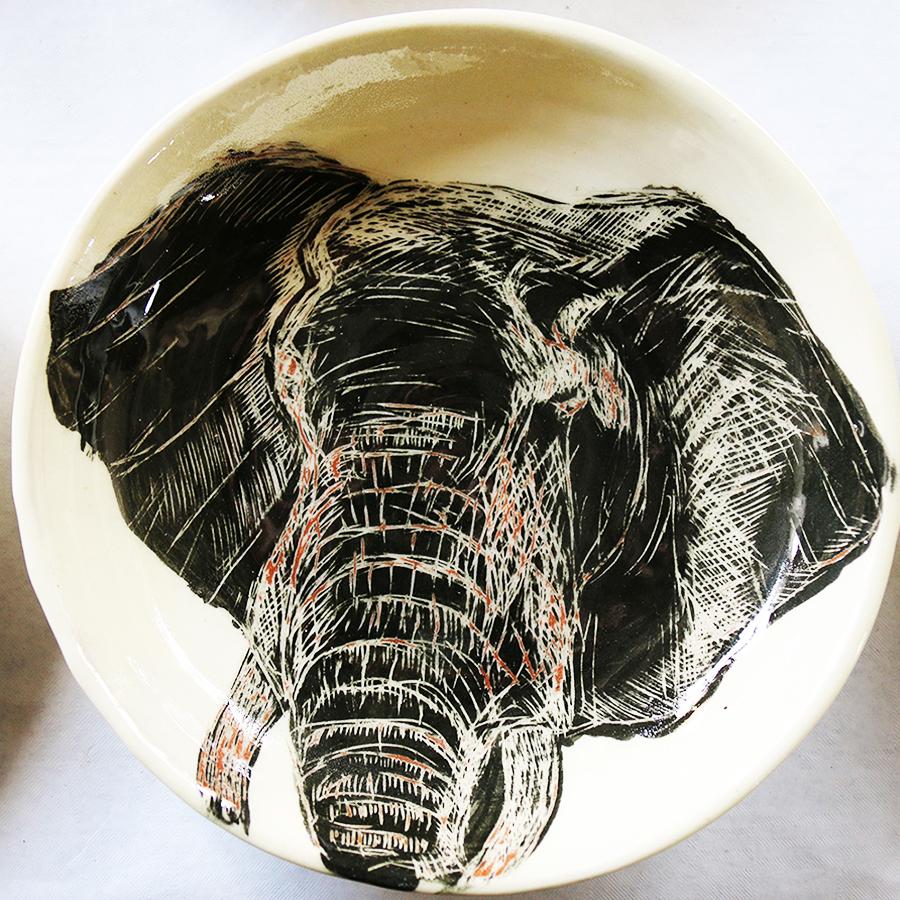 Assiette blanche ornée d'un dessin d'éléphant réalisé au sgraphite dans un engobe noir.