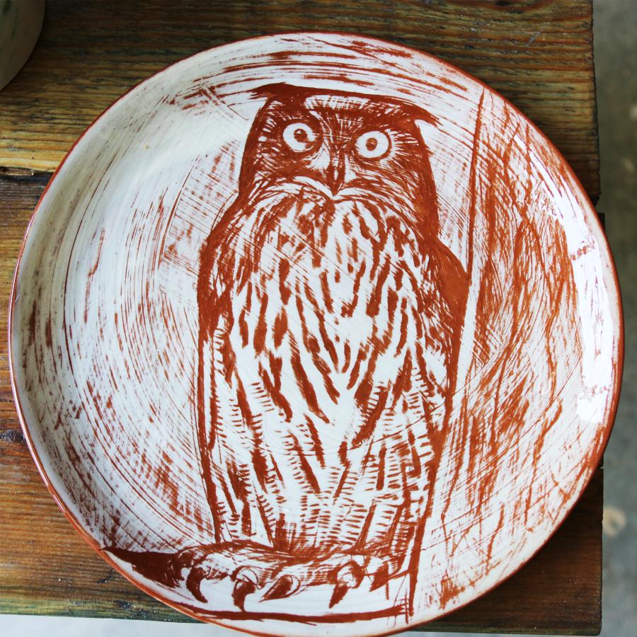 Assiette à décor de grand-duc réalisé au sgraphite à travers un engobe blanc recouvrant un engobe rouge