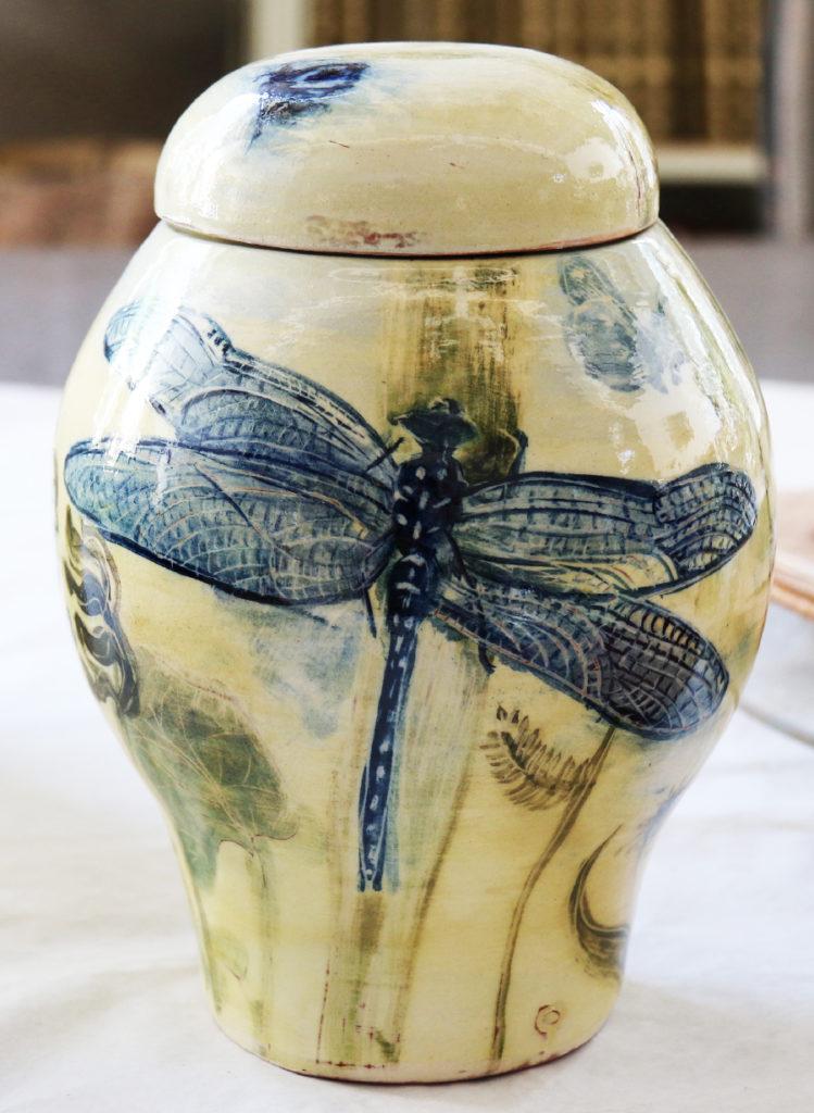 Jarre décorée de libellules dessinées à l'oxyde de cobalt et de motifs végétaux, le tout sur fond à l'engobe blanc.