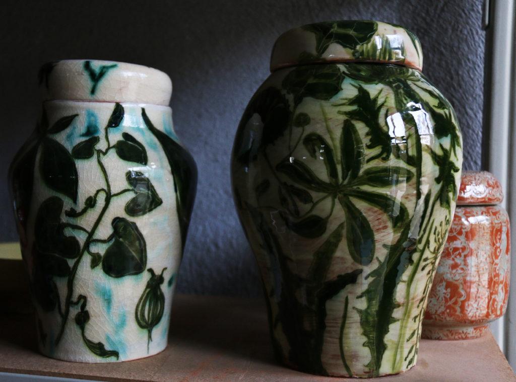 Pots tournés à décors de motifs végétaux, oxydes et colorants sous émail.