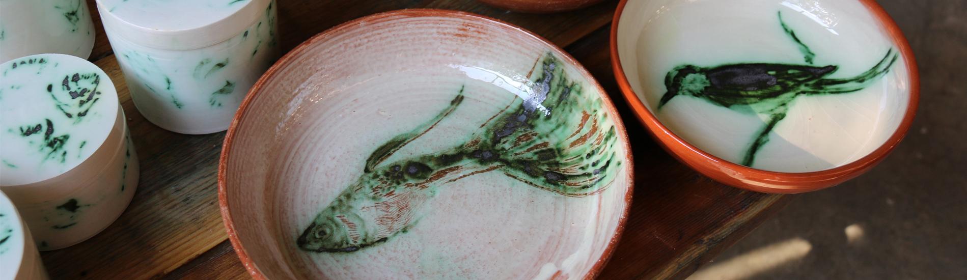 Boites, saladier et assiette décorées à l'oxyde de cuivre.