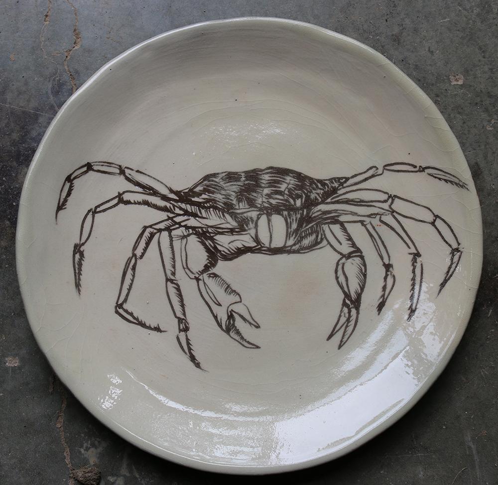 Assiette décorée d'un crabe réalisé selon la technique du sgraphite.