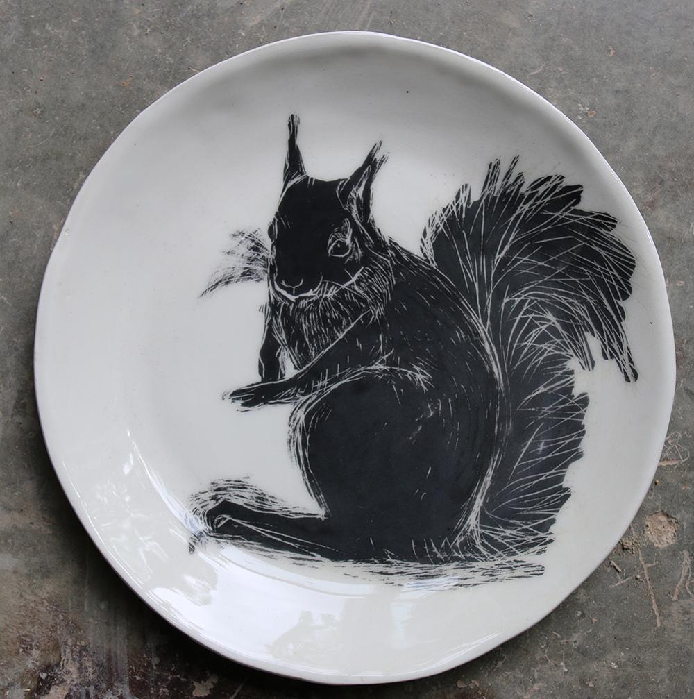 Assiette décorée d'un écureuil réalisé selon la technique du sgraphite.
