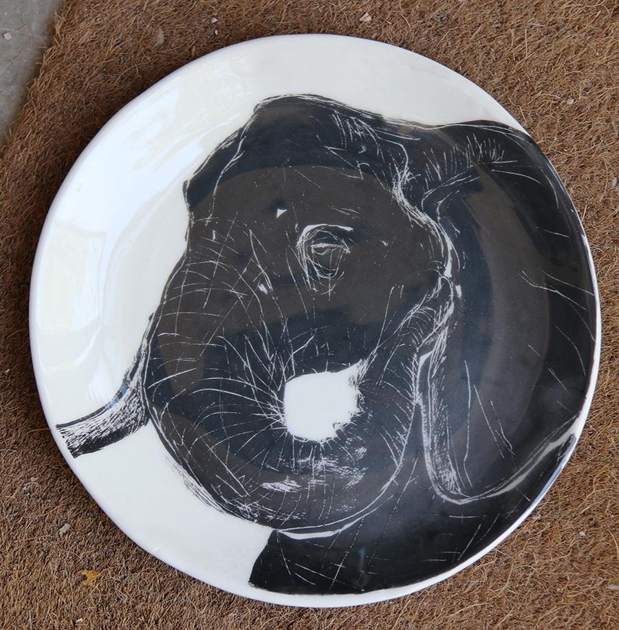 Assiette décorée d'un éléphant réalisé selon la technique du sgraphite.