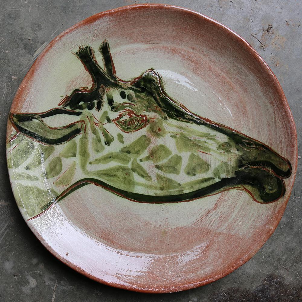 Assiette décorée d'une girafe réalisée selon la technique du sgraphite et rehaussée d'un jus d'oxyde de cuivre.