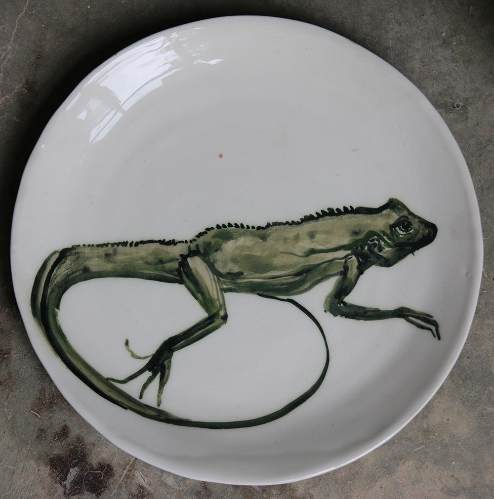 Assiette décorée d'un iguane réalisé aux jus d'oxyde de cuivre et de chrome.