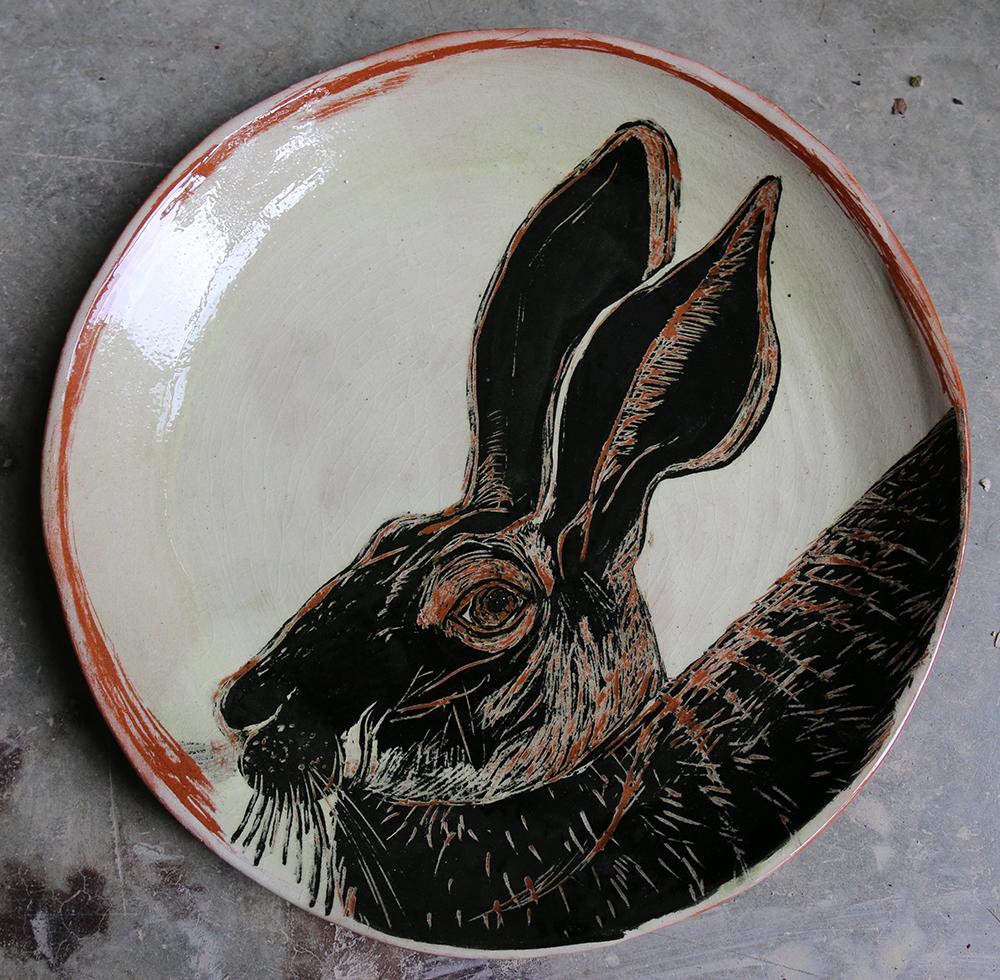Assiette décorée d'un lièvre réalisé selon la technique du sgraphite.