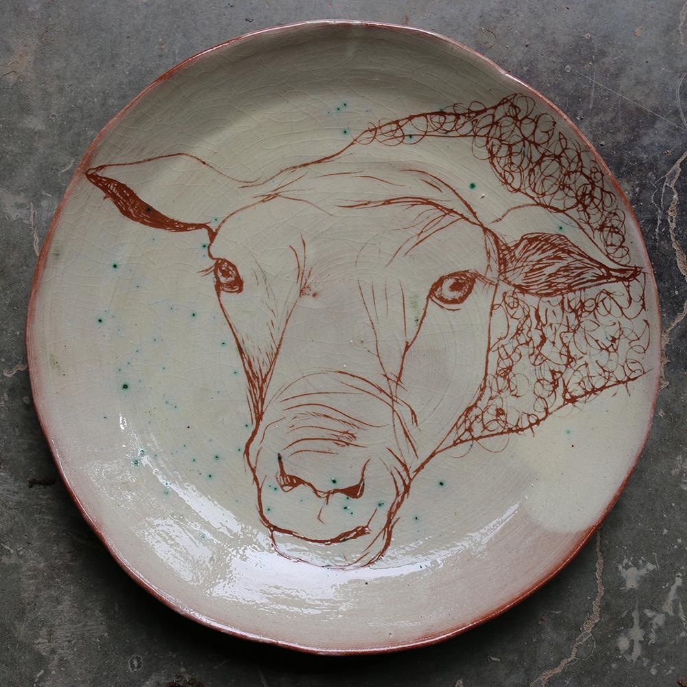 Assiette décorée d'un mouton réalisé selon la technique du sgraphite.