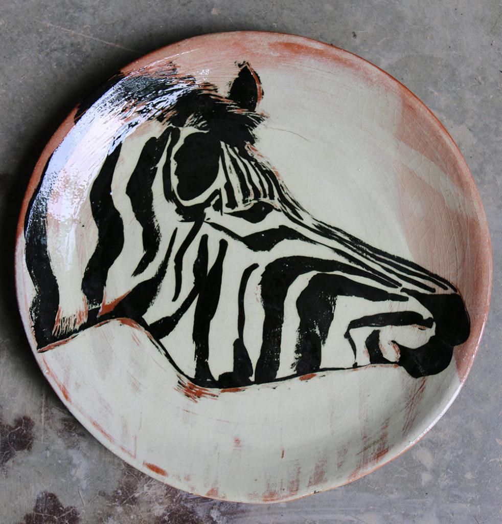 Assiette décorée d'un zèbre réalisé selon la technique du sgraphite.