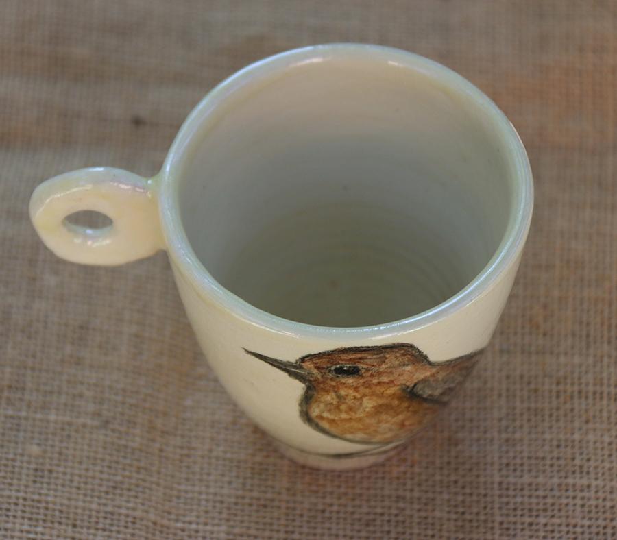 Tasse illustrée d'un Gobe-mouches gris réalisé aux craies d'oxydes sur fond blanc à l'engobe. Vue de dessus.